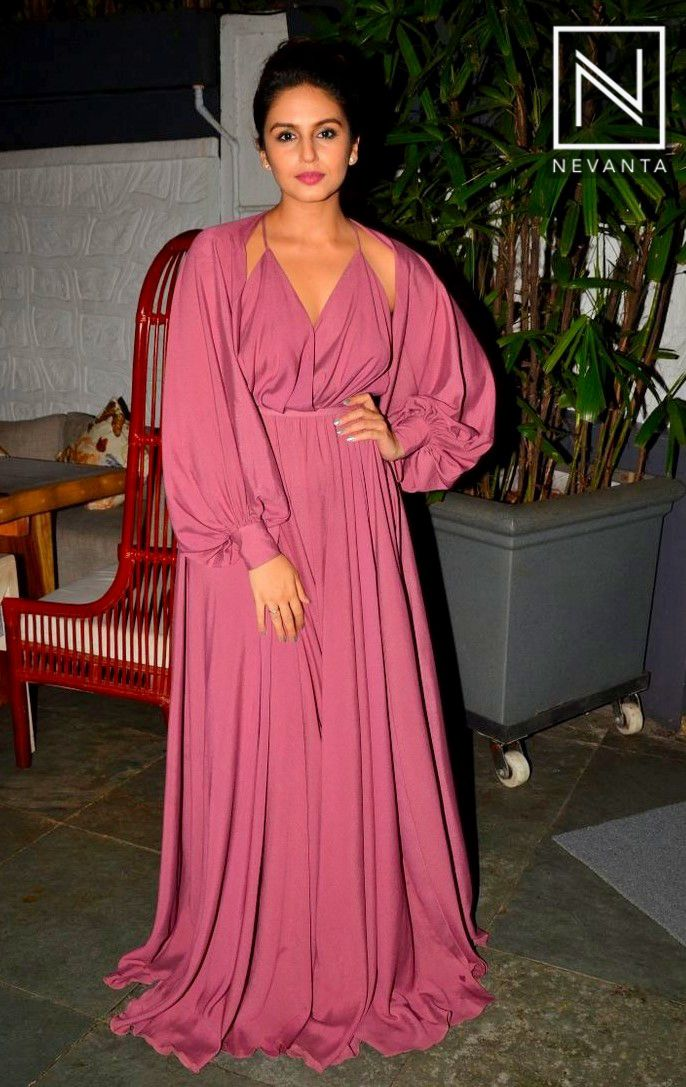 #HumaQureshi in a mauve-hued #maxi dress
