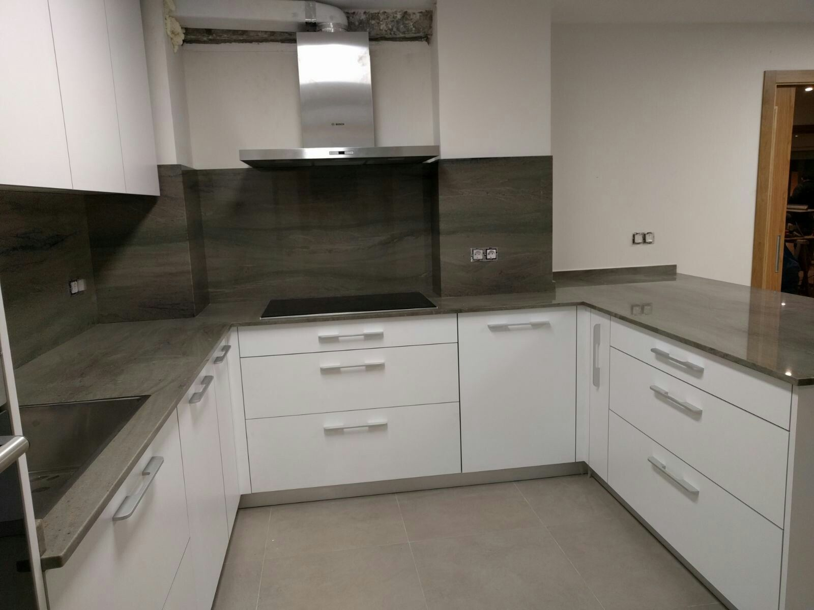 Cocina moderna blanco con encimera y frente en granito - Encimeras para cocinas ...