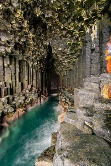 Удивительные колонны из базальта в Фингаловой пещере.