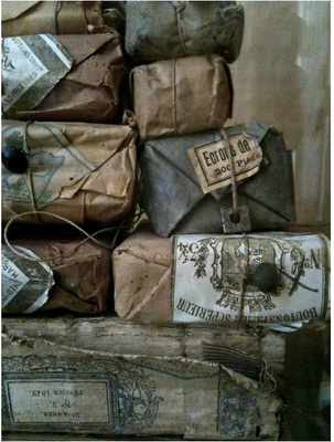 There's not much prettier than worn, neutral-hued vintage packaging.  Tied with string, even.  With French typography.  {sigh}
