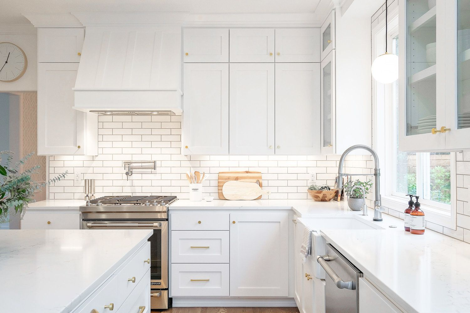 Gorgeous All White Kitchen With Mixed Metal Fixtures And Hardware Kitchen Remodel Small Kitchen Design Small Kitchen Fixtures