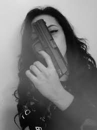 fotosessii-devushek-s-pistoletom