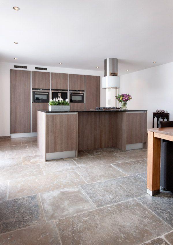 Keuken met natuursteen tegels bourgondische dallen dordogne kersbergen natuursteen vloeren - Keuken met cement tegels ...