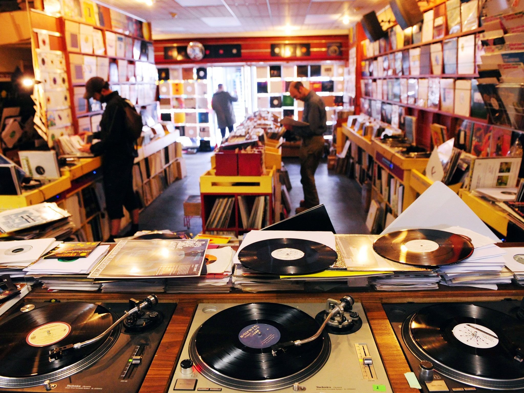 4 Reasons Why Vinyl Is Better Than Mp3 In 2020 Vinyl Record Store Record Shop Record Store