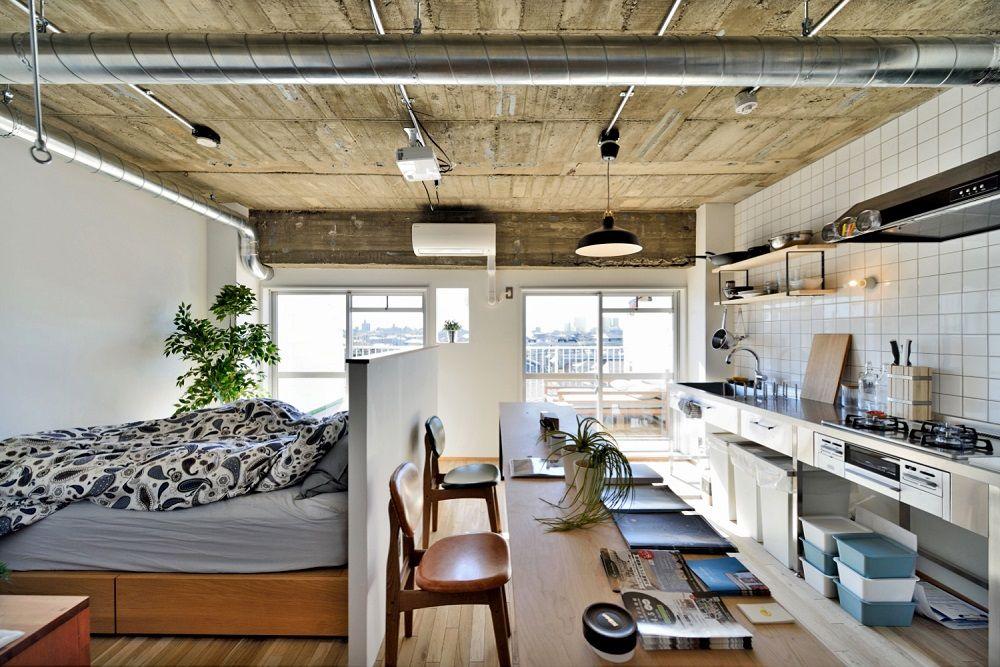 むき出しのダクトが天井を横断する インダストリアルな空間です