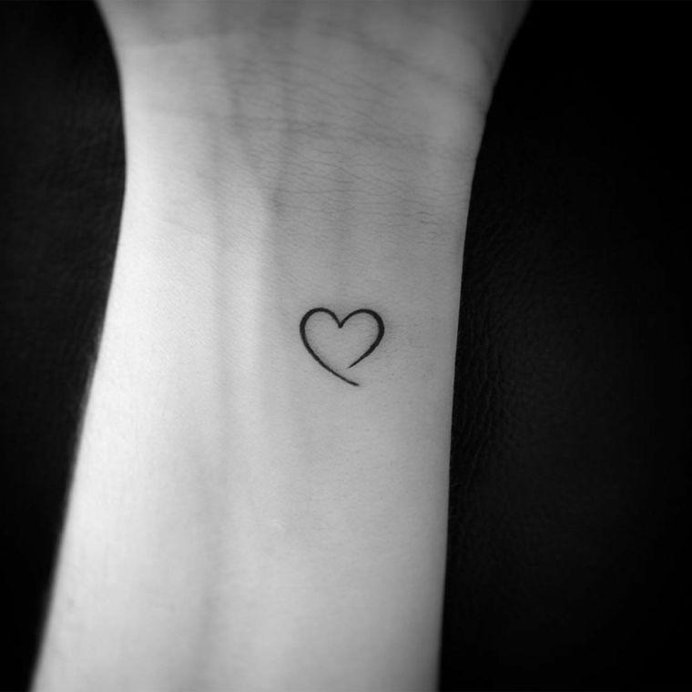 una proposta per cuoricino tatuaggio semplice e grazioso ideale per il polso