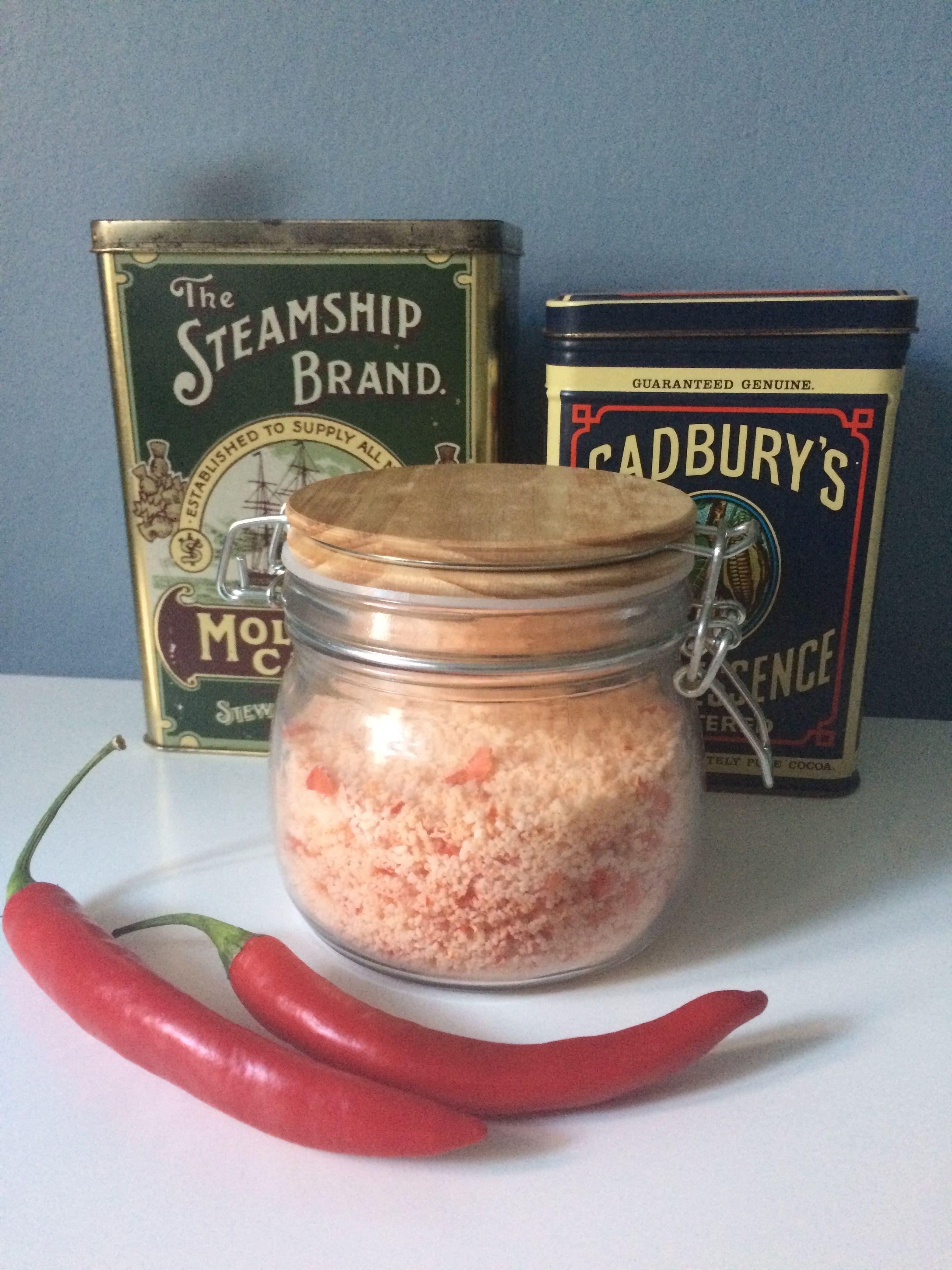 Chilisalt: 250g groft salt, 1 frisk rød chili. Put salt og chili i en blender og bland til ensartet masse. Tænd ovnen på 100 grader. Spred saltet ud på bagepapir og bag på midterste rille. Bag i 30 minutter, rør rundt efter 10. Sluk saltet og lad tørre til næste dag. Dag 2: klumper brydes og saltet hældes på lufttæt beholder.