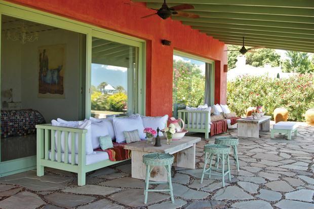 Una casa con deco fresca y natural puertas ventanas for Casas para patios exteriores
