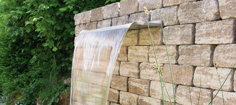 Wasserfall im Garten. Formschöne Nahaufnahme. #wasserfall #mauer ...