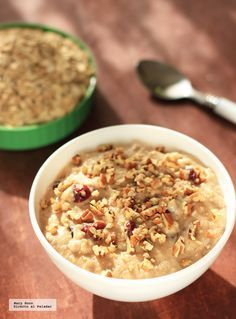 Receta de Crema de avena con arándanos y nueces. Con fotografías paso a paso, consejos y sugerencias de degustación. Recetas para el desayuno...