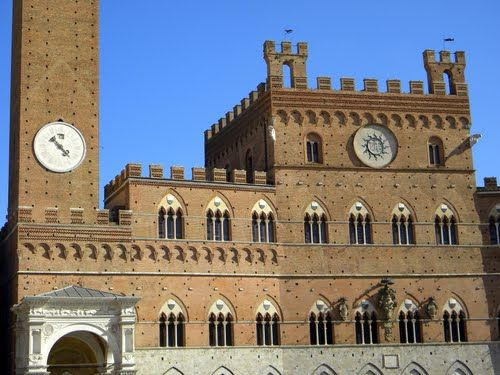 Siena: Palazzo Comunale (o Palazzo Pubblico) con l'orologio della Torre del Mangia e la copertura a volta della Cappella di Piazza