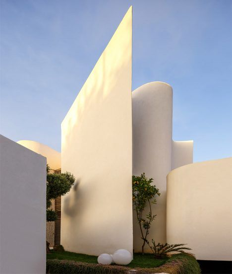 Mohamed amine siana combines flat planes and wavy walls at villa z in casablanca spaces for Construction villa casablanca