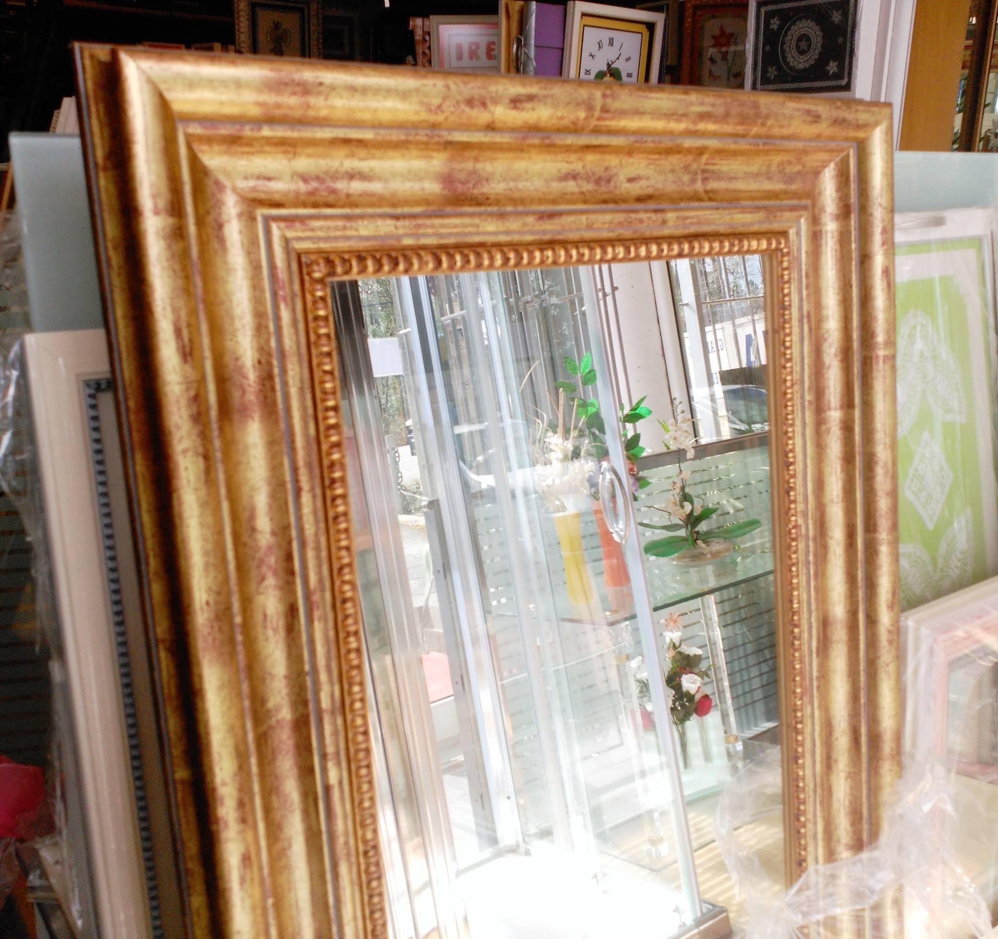 Espejo de cuerpo entero con enmarcaci n en tonos dorados for Espejos de cuerpo entero baratos