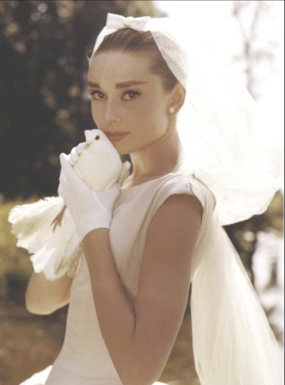 Photo of Audrey Hepburn wears a wedding dress and holds a pigeon on the set of & # 39; Funny F …