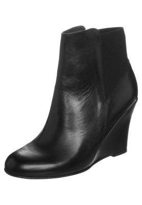 Jonak Danis Botki Na Koturnie Czarny Zalando Pl Boots Wedge Boot Fashion
