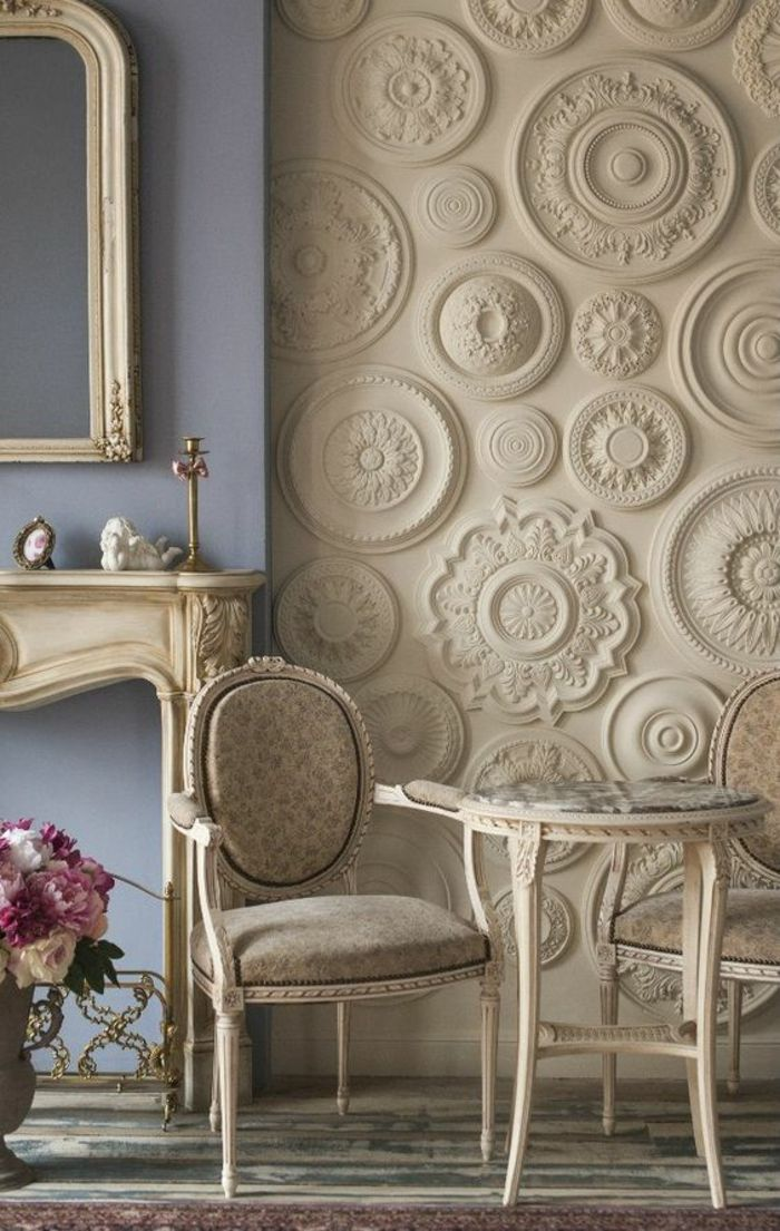 Deco Salon De Luxe Avec Une Multitude Frises Rondes Au Mur Un Colore En  Bleu Lavande