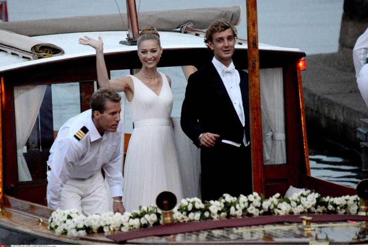 イタリア貴族の令嬢でジャーナリストのベアトリーチェ・ボロメオは、モナコ公国の王子で女優グレース・ケリーの孫ピエール・カシラギと2015年の夏に結婚。7月25日はモナコの王宮で民事婚、8月1日にはプライベートアイランドにそびえる城砦で宗教婚と2度のセレモニーを行ったふたり。おとぎ話のようなシチュエーションに、華麗なゲストや数々のイタリアンブランドのドレス。高貴な美男美女のカップルのウェディ...