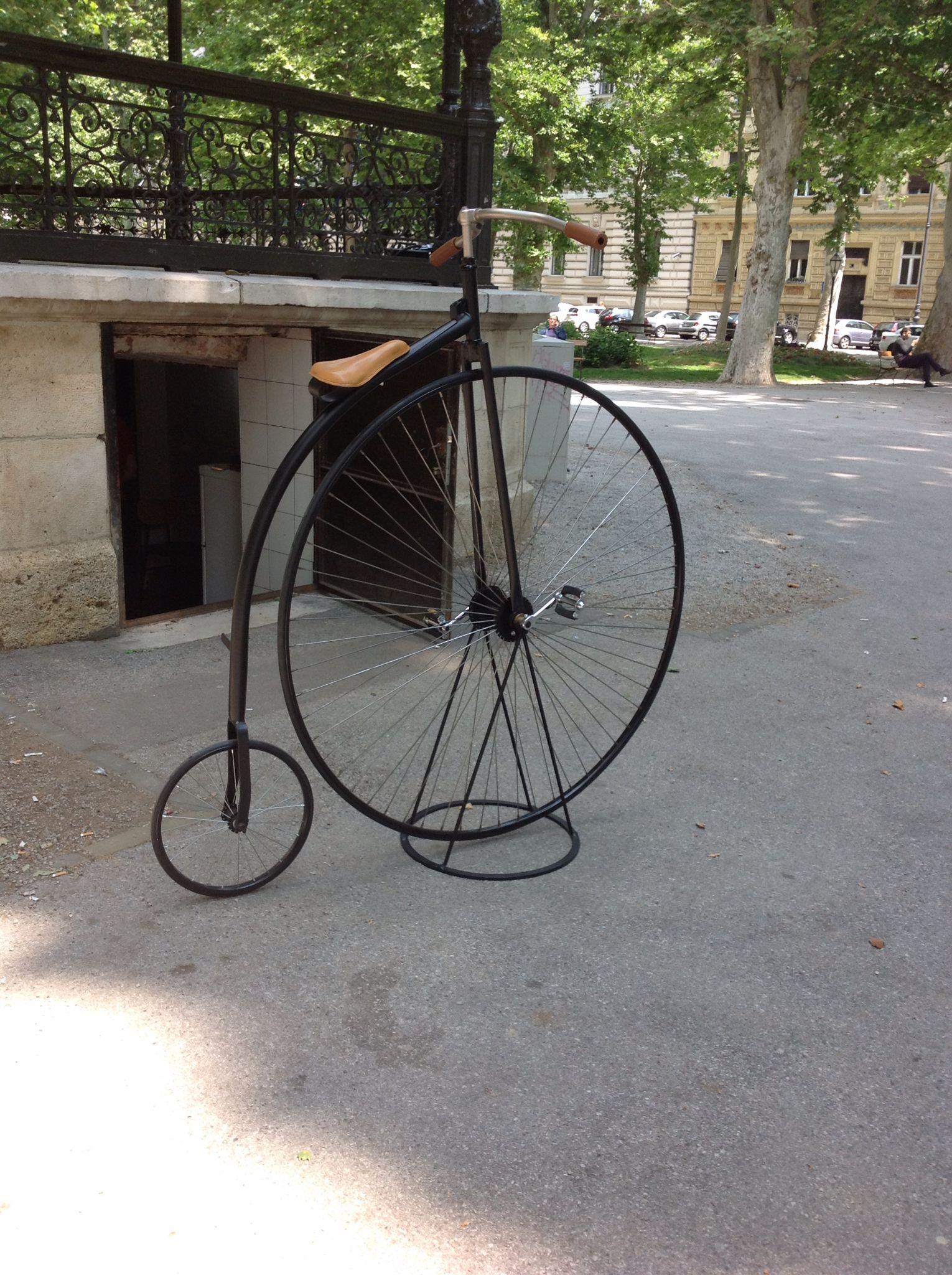 Uma bicicleta antiga em uma praça de Zagreb, capital da Croacia.