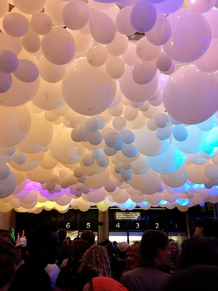 Balloon ceiling and could use different sizes to take for Balloon cloud decoration