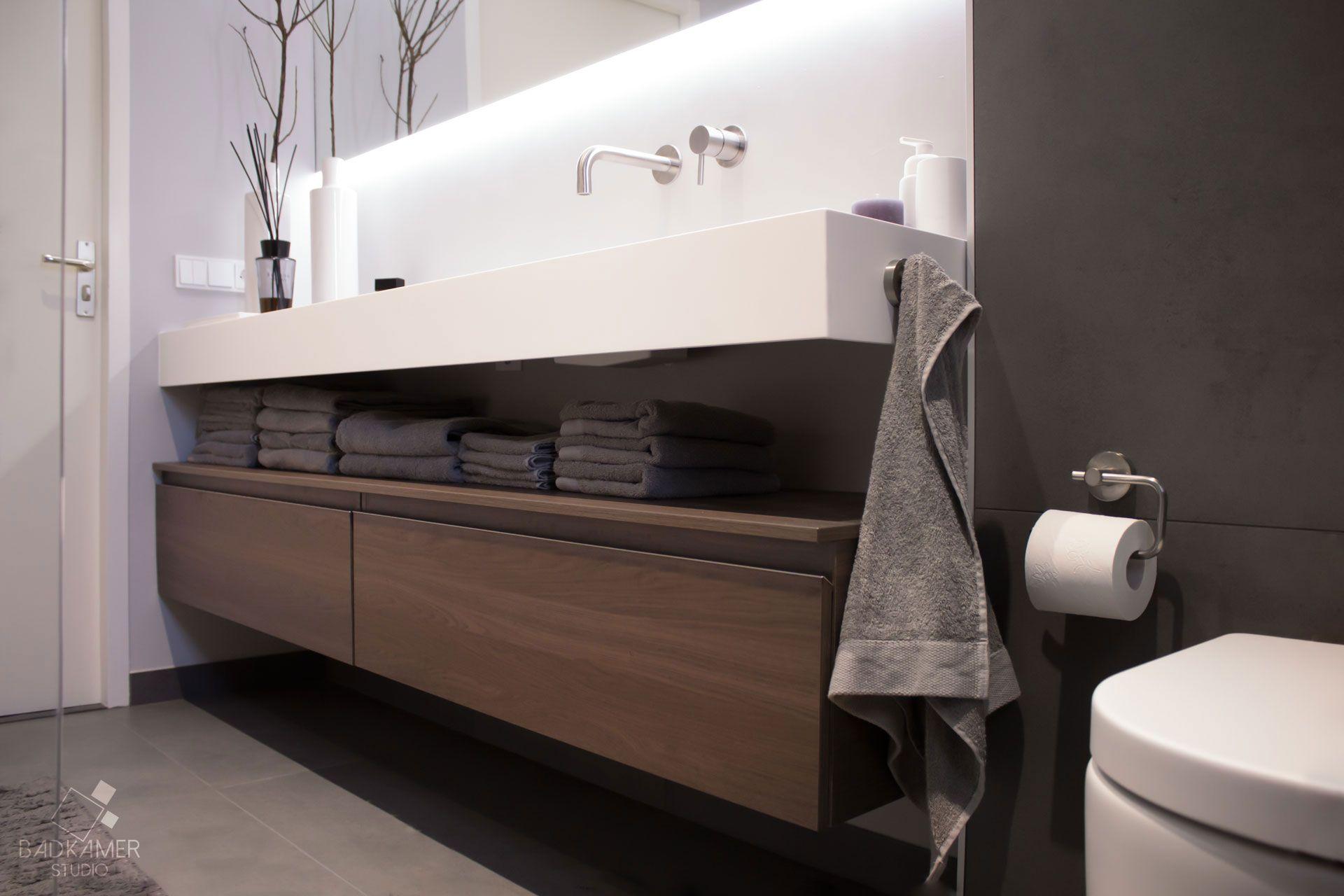 Moderne badkamer in Teteringen met een greeploze eiken onderbouwkast ...