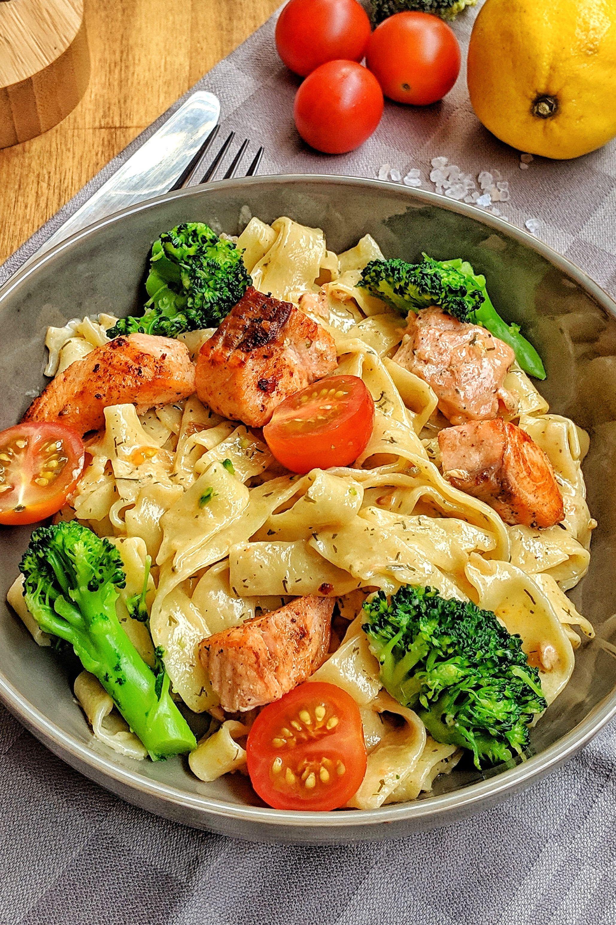 44+Cremige Pasta mit Lachs Brokkoli und Tomaten   Einfach und richtig lecker   instakoch.de
