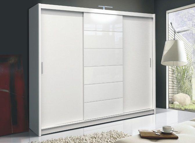 Moderne grote zweefdeur kledingkast uitgevoerd met hoogglans witte panelen en led verlichting - Moderne kledingkast ...