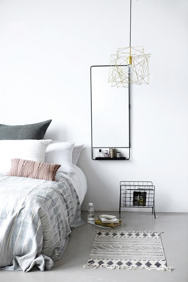 Ein Spiegel als Nachttischersatz? Kein Problem u2013 und ziemlich - spiegel für schlafzimmer