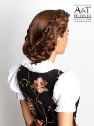 Geflochtener Nackenknoten Das Haar Am Vorderkopf Abteilen Und Mit Einem Wellenstab In Form Bringen Im Nacken Wird Ein Pfer Hair Styles Long Hair Styles Dirndl