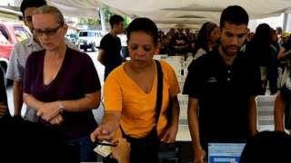 Image copyright                  Getty Images Image caption                                      Miles de venezolanos firmaron a favor de solicitar un referendo revocatorio contra Maduro.                                Un posible referendo revocatorio contra el presidente de Venezuela, Nicolás Maduro, está más cerca. El Consejo Nacional Electoral (CNE), tras semanas de espera, anunció este miércoles que durante los días 26, 27 y 28 de o