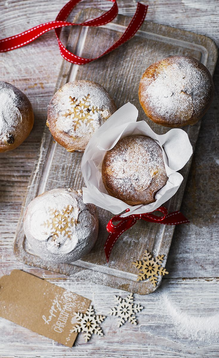 These sweet little cakes make a lovely placesetting gift