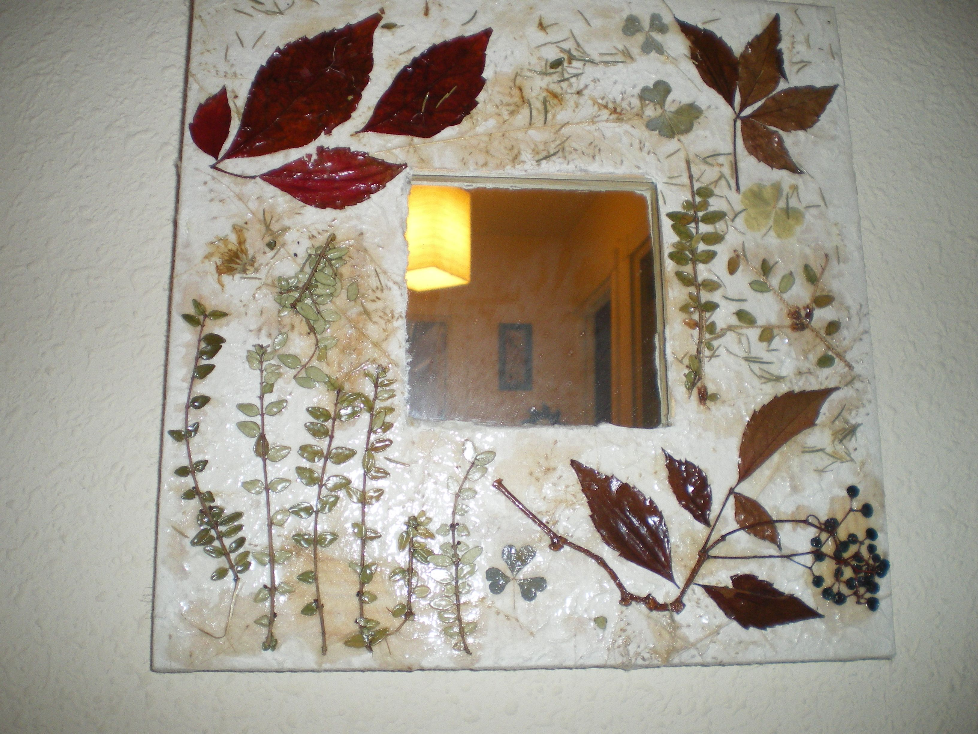 Espejo de ikea decorado con hojas secas espejos for Decoracion con hojas secas