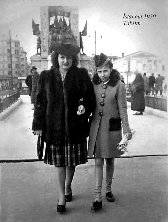 ✿ ❤ Bir Zamanlar İSTANBUL, Anne kız Taksim Meydanı'nda (1930lar) #birzamanlar #istanbul #istanlook
