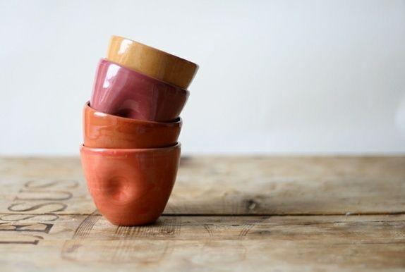 Sett med fire dreide keramikkopper, designet med en liten klem for behagelig grep