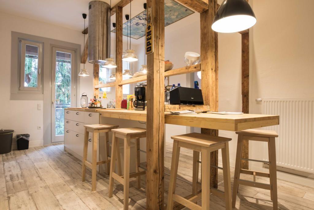 Kreativ eingerichtete Küche mit einem Essbereich aus Holzbar - lampe für küche