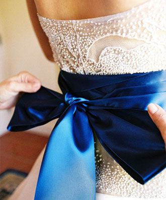 vestido de novia con lazo azul -- fotografía: yvette roman | bodas y