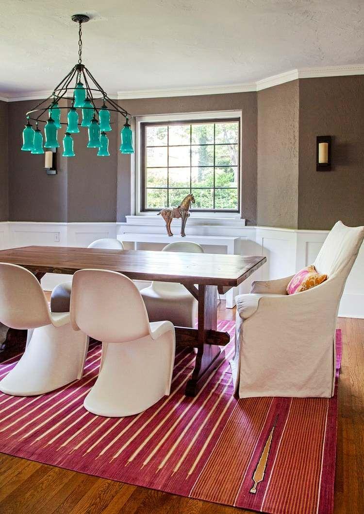 Table rectangulaire en bois clair chaises scandinaves et suspension - Id E