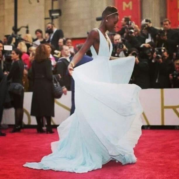 Elegantísima Lupita by Prada. Red carpet Oscars 2014