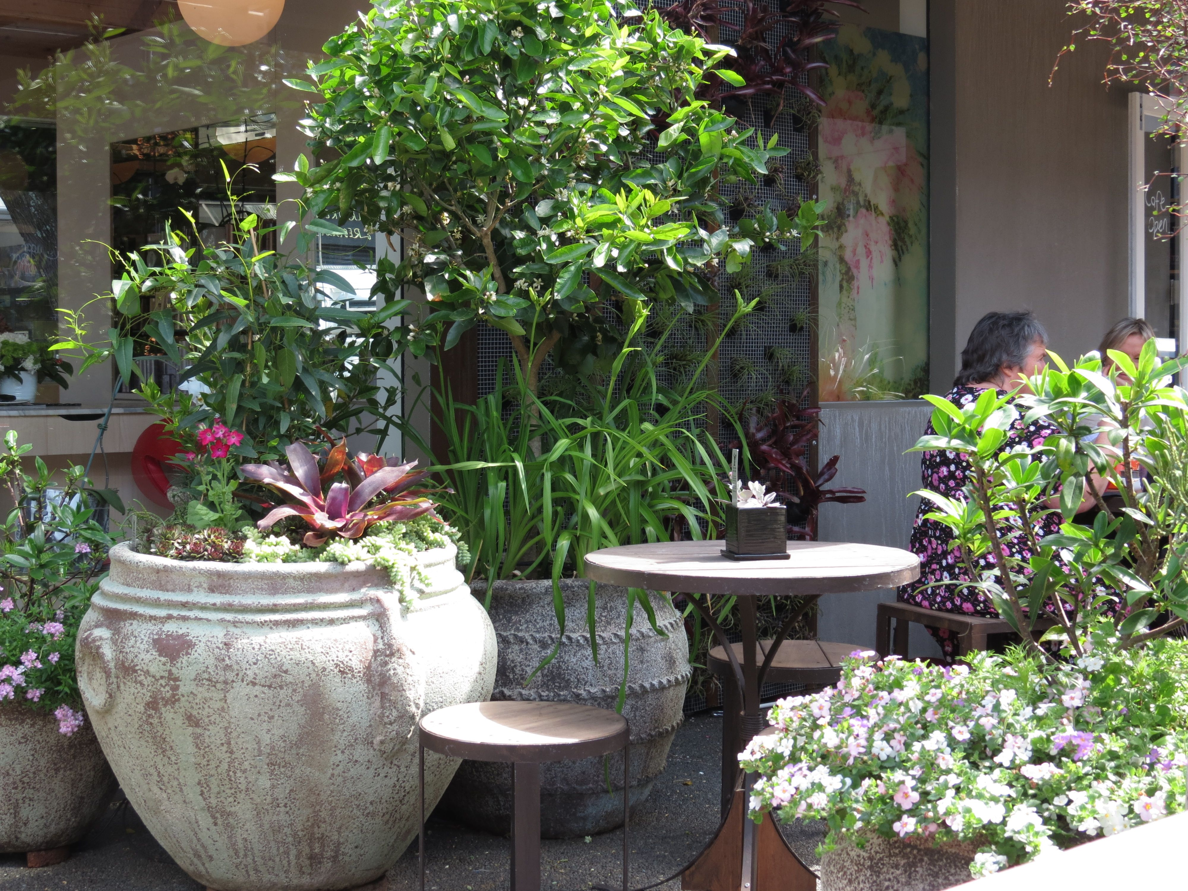 How to decorate the courtyard of a private house with your own hands - ideas from unnecessary things 54