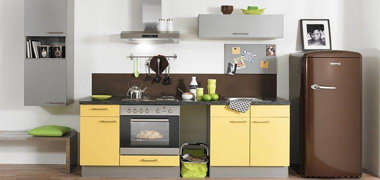 Arredare la cucina con mobili su misura e un frigo freestanding di ...