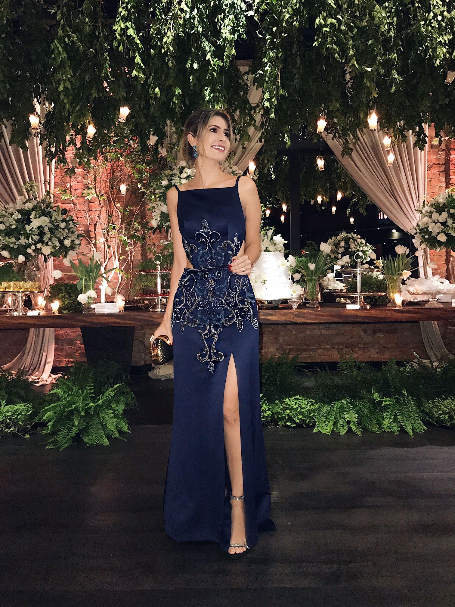 Look de festa da Carol Tognon com vestido longo azul marinho e pedras com  bordado e0cf4cda547