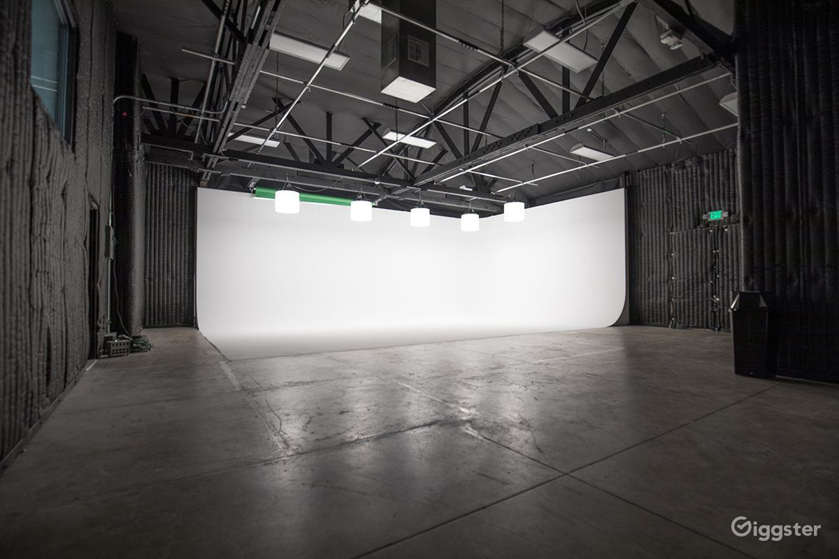 Saf Production Soundstage White Cyc Green Screen Rent This Location On Giggster Greenscreen Studio Photography Grunge Photography