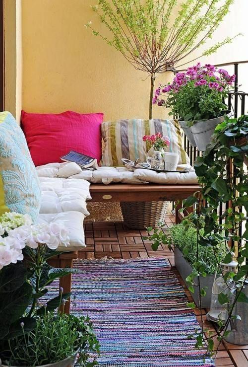 balkon frühling blumen gärtnern ideen holzfliesen teppich | garten, Gartengerate ideen