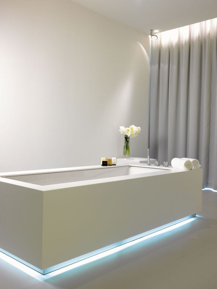 led streifen an der badewanne mit blauem licht. Black Bedroom Furniture Sets. Home Design Ideas