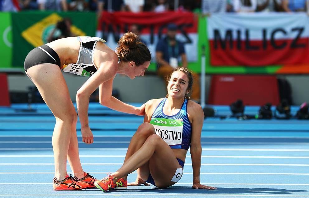Il più bel gesto di queste olimpiadi: atleta Usa cade e viene aiutata dalla neozelandese.