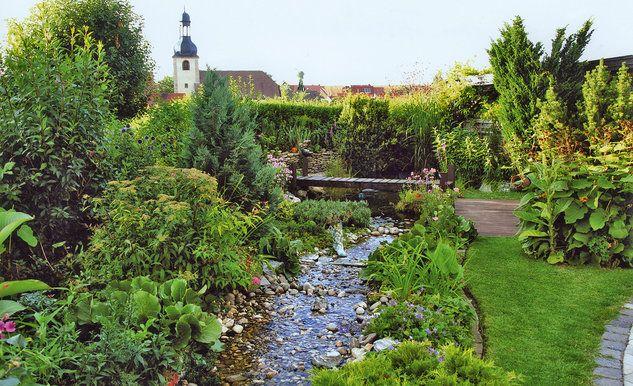 Der Teich, in dem Kois und Goldfische schwimmen, wird durch mehrere angelegte Bachläufe gespeist. Ein Garten, der zum verweilen einlädt.