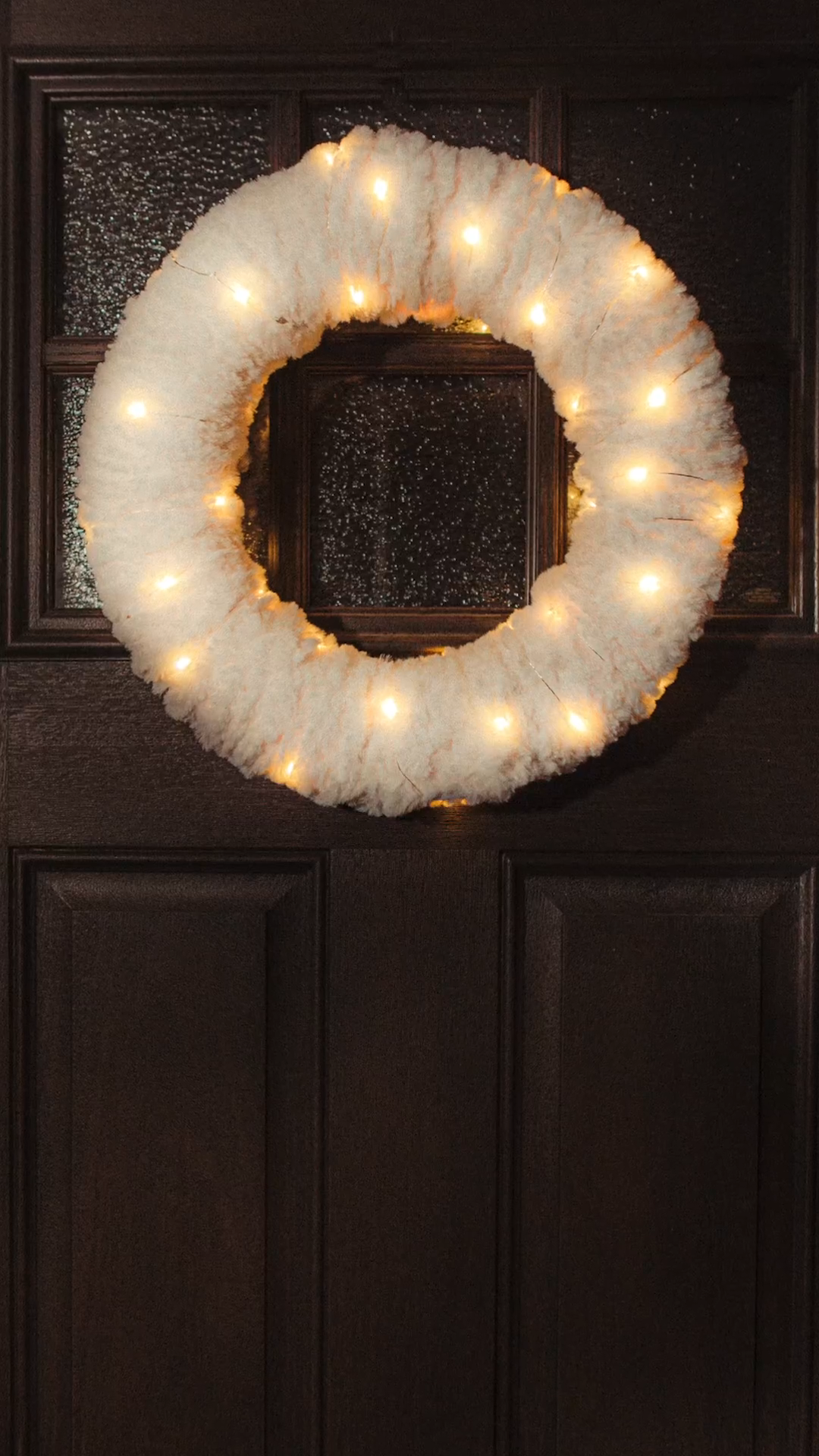 Photo of How cute is this easy faux fur holiday wreath? Add some extra sparkle with fairy lights!