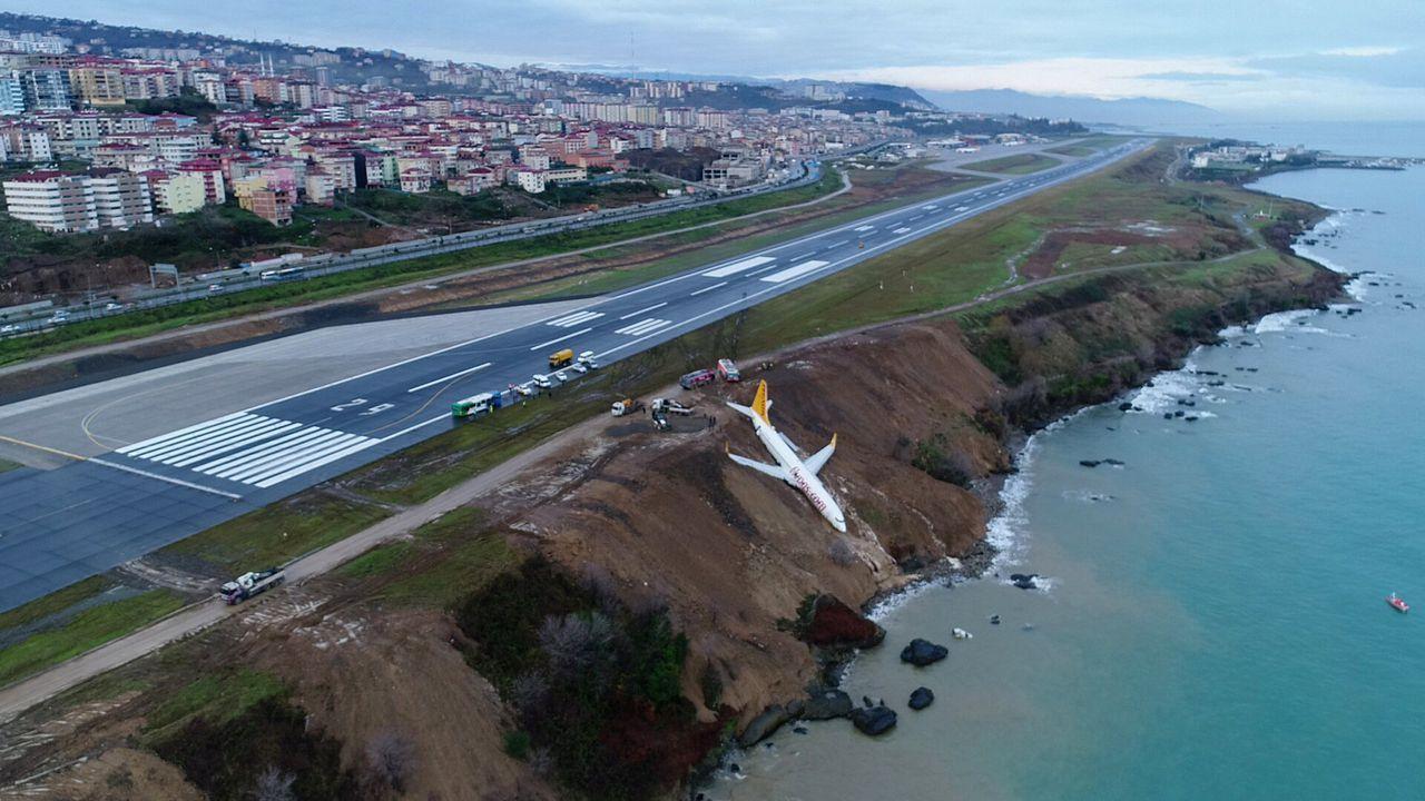 Het vliegtuig bleef hangen op een klif naast het vliegveld
