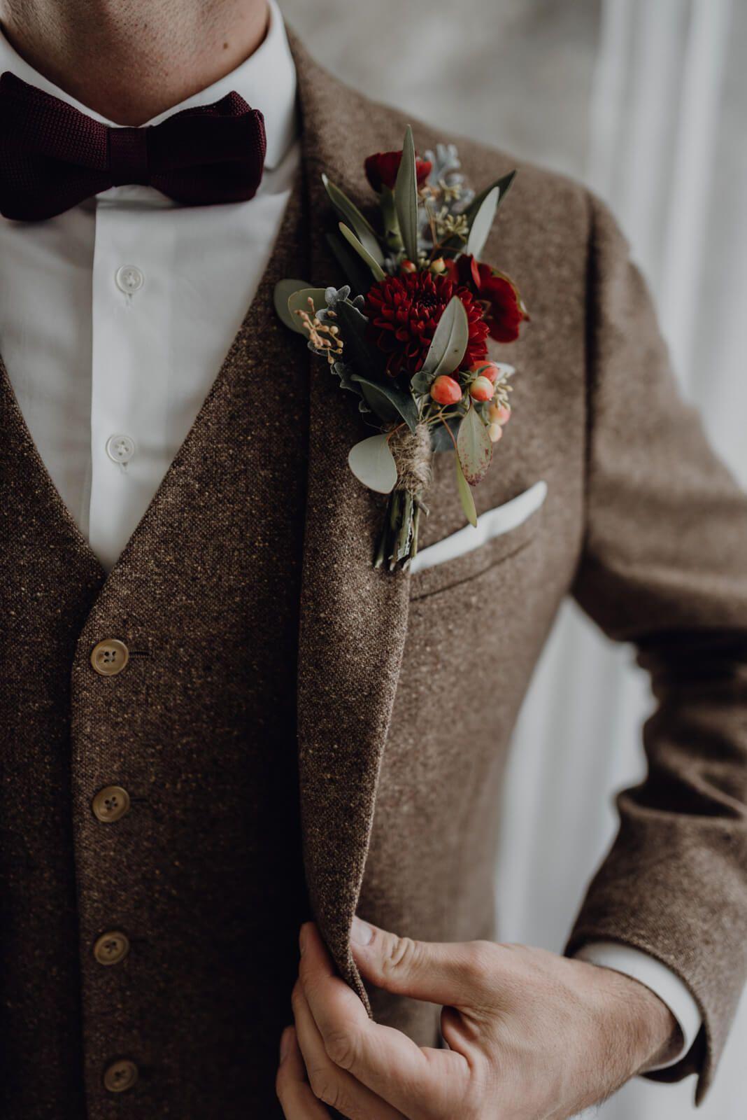 Traumhochzeit Vintage Hochzeitsanzug aus Wolle mit tollem Blumenschmuck  emprendimiento