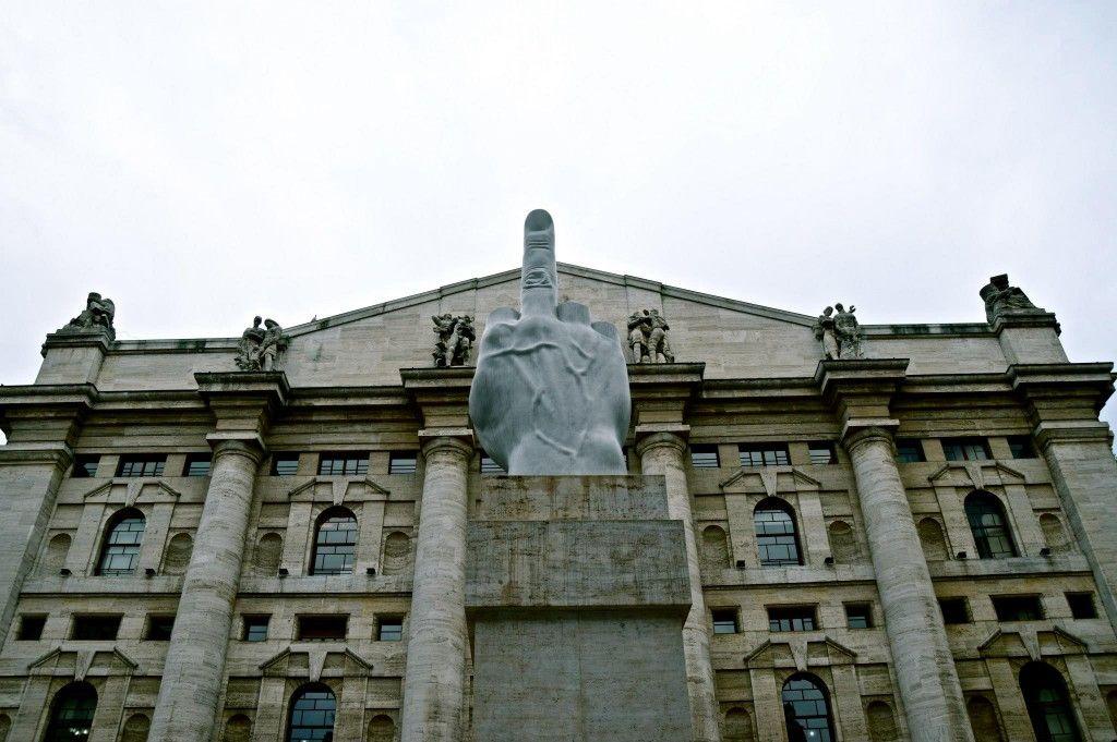 Palazzo Mezzanotte e il Dito di Cattelan - Milano
