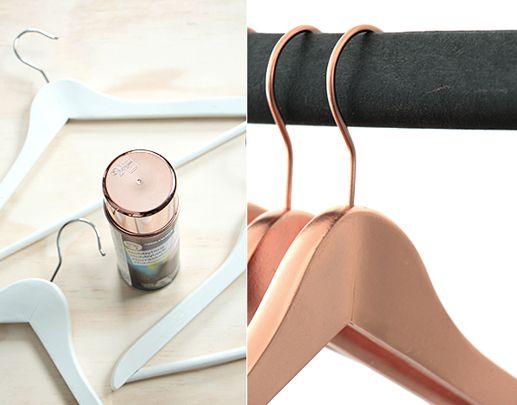 des cintres standard de la peinture effet m tal en bombe couleur cuivre foto hildur blad. Black Bedroom Furniture Sets. Home Design Ideas